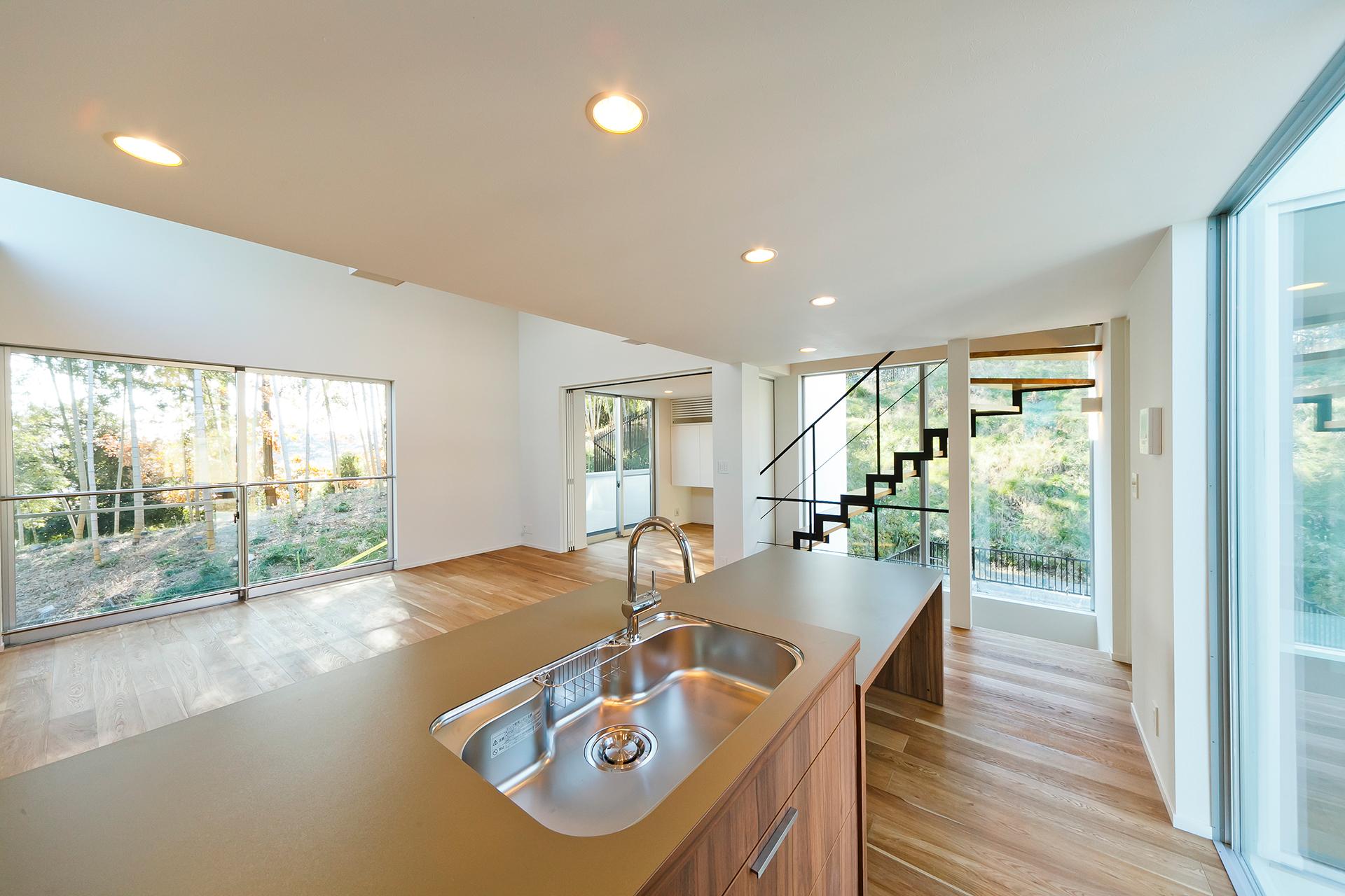 前後左右どこを見ても竹林や豊かな緑などの外の風景が眺められるキッチン。2階に設けられたLDKにより、周囲の目を気にすることなく存分に絶景を堪能することができる。